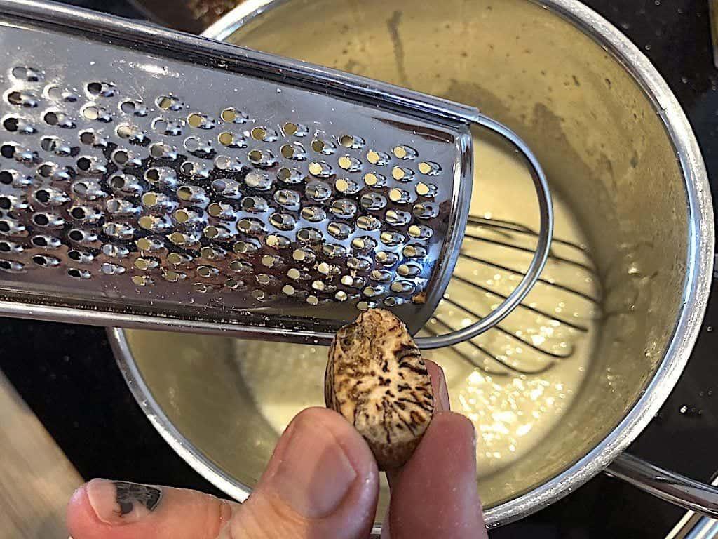 billede med reven muskatnød til persillesovs