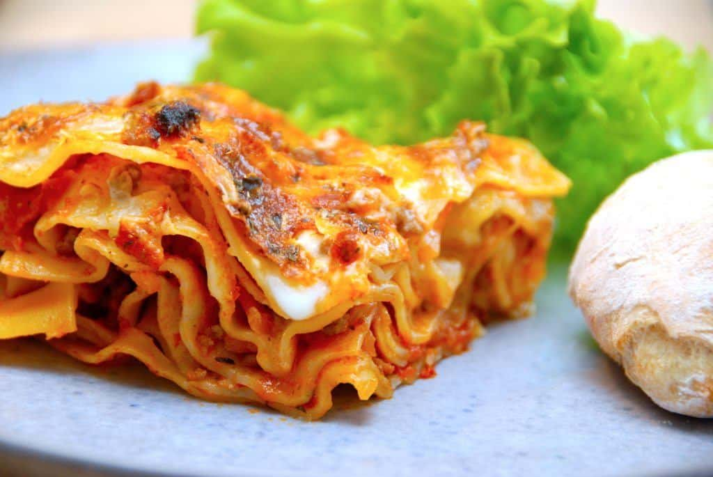 Her er en samling med de seks bedste opskrifter på lasagne, og det gælder alt fra den helt klassiske lasagne på billedet, til lasagne med kylling, spinat og den dejlige lasagnette. Foto: Madensverden.dk.
