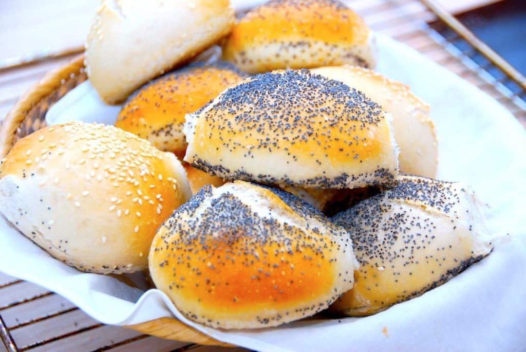 billede med nybagt brød i skål