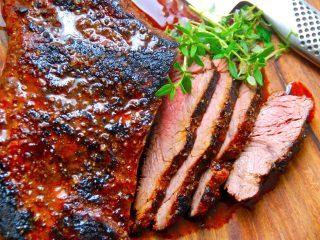 Flap meat eller flap steak er et noget overset stykke kød, der virkelig smager fantastisk. Kødet bliver super mørt og en enorm smag og kraft. Her er den grillet med en vidunderlig marinade, men den kan også steges på panden. Foto: Madensverden.dk.