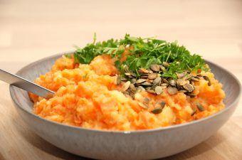 En lækker gulerodsmos, der er lavet af gulerødder og kartofler. Gulerodsmosen pyntes ved anretningen med ristede græskarkerner og friskhakket persille. Foto: Madensverden.dk.