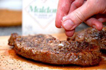 Højreb fra oksen er et fremragende stykke kød, og det både som bøffer og hel steg. Kødet her kommer fra det lille sted Hallegaard ved Østermarie på Bornholm, hvor Jørgen Christensen fremstiller kød af høj kvalitet. Foto: Madensverden.dk.