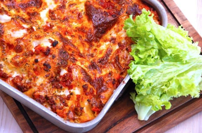 En rigtig italiensk lasagne, der blandt andet indeholder gulerødder og hakket oksekød. Opskriften passer til en bradepande på cirka 30 gange 20 centimeter, og der er rigeligt til fire personer. Foto: Madensverden.dk.