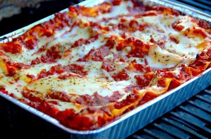 Lasagne på grill er en nem og dejlig opskrift på lasagne til grillen. Lasagnen grilles ved indirekte varme, og det gælder både ved brug af kuglegrill og gasgrill. Foto: Madensverden.dk.