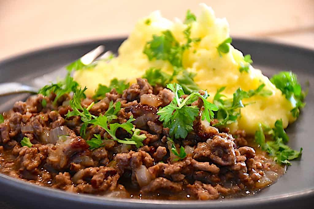millionbøfMillionbøf med kartoffelmos er en klassiker, og den skal laves med økologisk oksekød og hønsefond. Foto: Holger Rørby Madsen, Madensverden.dk.