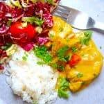 Mørbrad i karry er en super lækker opskrift på svinemørbrad, der steges i en karrysovs. Retten kan laves på 15 minutter, og på billedet er karrymørbraden serveret med kogte ris og en lækker salat. god mad på travle hverdage. Foto: Madensverden.dk.