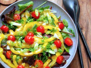 Salat med peberfrugt er her lavet med gul peberfrugt. fordi jeg synes den er så flot i salatskålen. Derudover kommes lidt forårsløg og tomater i, og der drysses med lidt finthakket persille. Pebefrugtsalaten toppes med den skønne vinaigrette, der lynhurtigt røres sammen. Foto: Madensverden.dk.