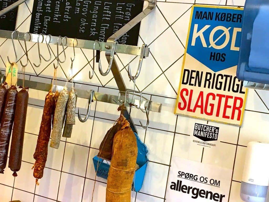 Jørgen Christensens Hallegaard Gårdbutik er en rigtig slagterbutik, hvor du finder de bedste udskæringer. Det hele selvfølgelig lokalt og hjemmelavet, og betjeningen er i top. Om du så skal have spegepølser eller en god højreb til grillen. Foto: Madensverden.dk.