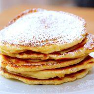 Dette er de bedste små og tykke pandekager, som du overhovedet kan lave. Pandekagerne laves med kærnemælk, og drysses med flormelis ved serveringen. De små pandekager kan nydes med lidt hindbærsyltetøj. Foto: Madensverden.dk.
