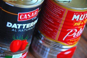 De billigste dåsetomater overrasker meget i denne test af tomater af tomater på dåser, så du behøver ikke betale kassen for at få gode hakkede tomater. Testvinderen er Aldis økologiske hakkede tomater. Foto: Madensverden.dk.