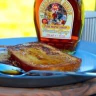 Arme riddere eller french toast - kært barn har som sagt mange navne. De arme riddere er en nem og dejlig dessert, som du kan lave af daggammelt brød eller toastbrød, der steges på panden. Serveres gerne med en god sirup til. Foto: Madensverden.dk.