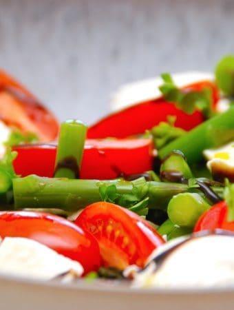 Aspargessalat med tomater og mozzarella