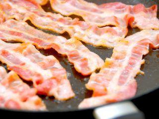Du kan med fordel stege bacon i vand på panden, hvor vandet sikrer en meget sprød bacon. Foto: Madensverden.dk.