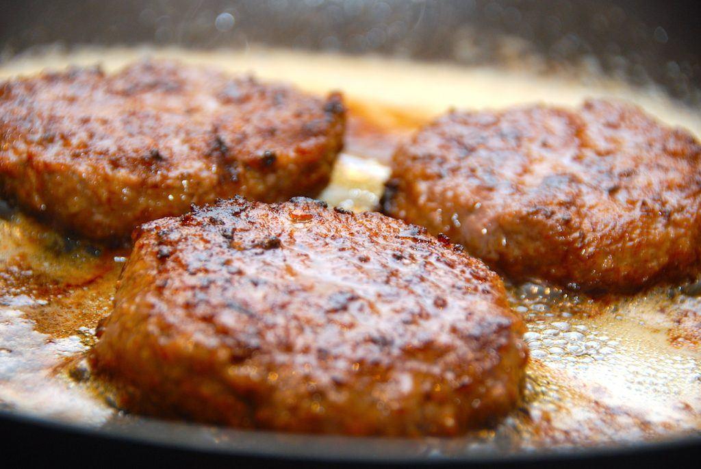 Bøfferne vendes i hvedemel og steges tre minutter på hver side i smør. Foto: Madensverden.dk.