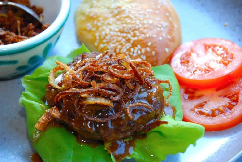 bøfsandwich med brun sovs og løg