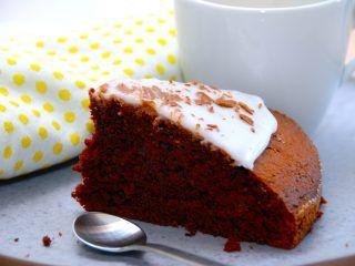 Farmors chokoladekage er en verdens bedste chokoladekage. Den bages i springform eller en bradepande, og kan pyntes med glasur og chokoladespåner. Foto: Madensverden.dk.