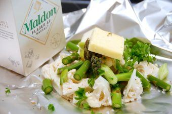 Foliepakker med blomkål og asparges