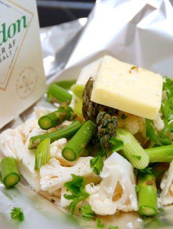 Foliepakker med blomkål og asparges til grillen