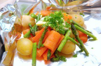 Grillede grøntsager i sølvpapir er lækkert tilbehør til kød fra grillen. Og det smarte er, at du kan forberede pakkerne i god tid, og så blot grille dem 10 minutter ved indirekte varme når de skal bruges. Grillpakkerne indeholder kartofler, gulerødder og grønne asparges. foto: Madensverden.dk.