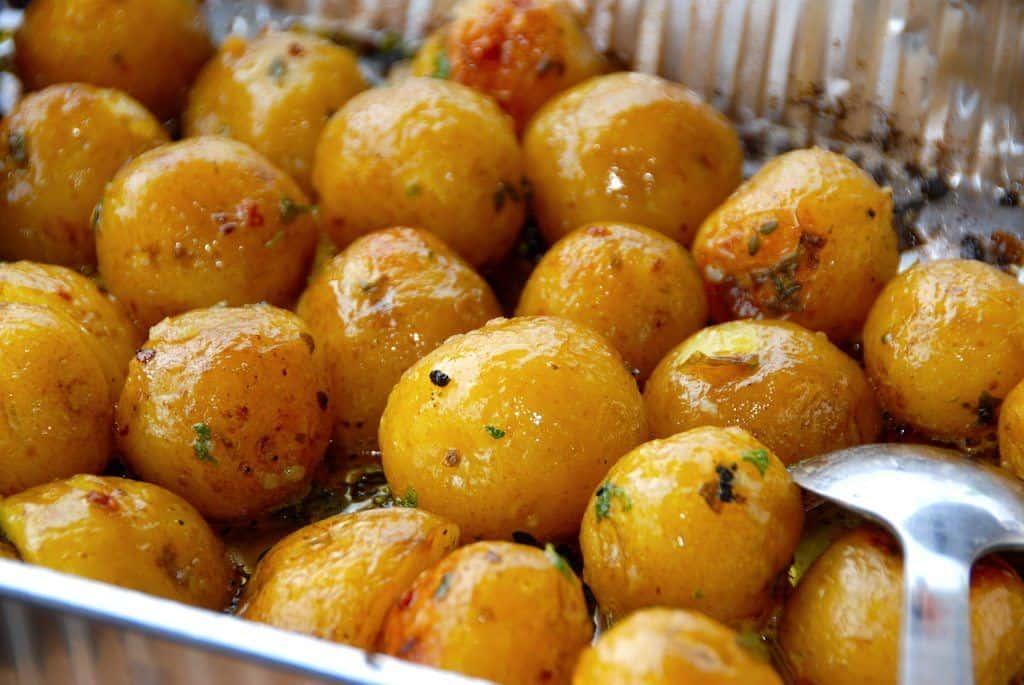 Grillede kartofler med hvidløg i alubakke