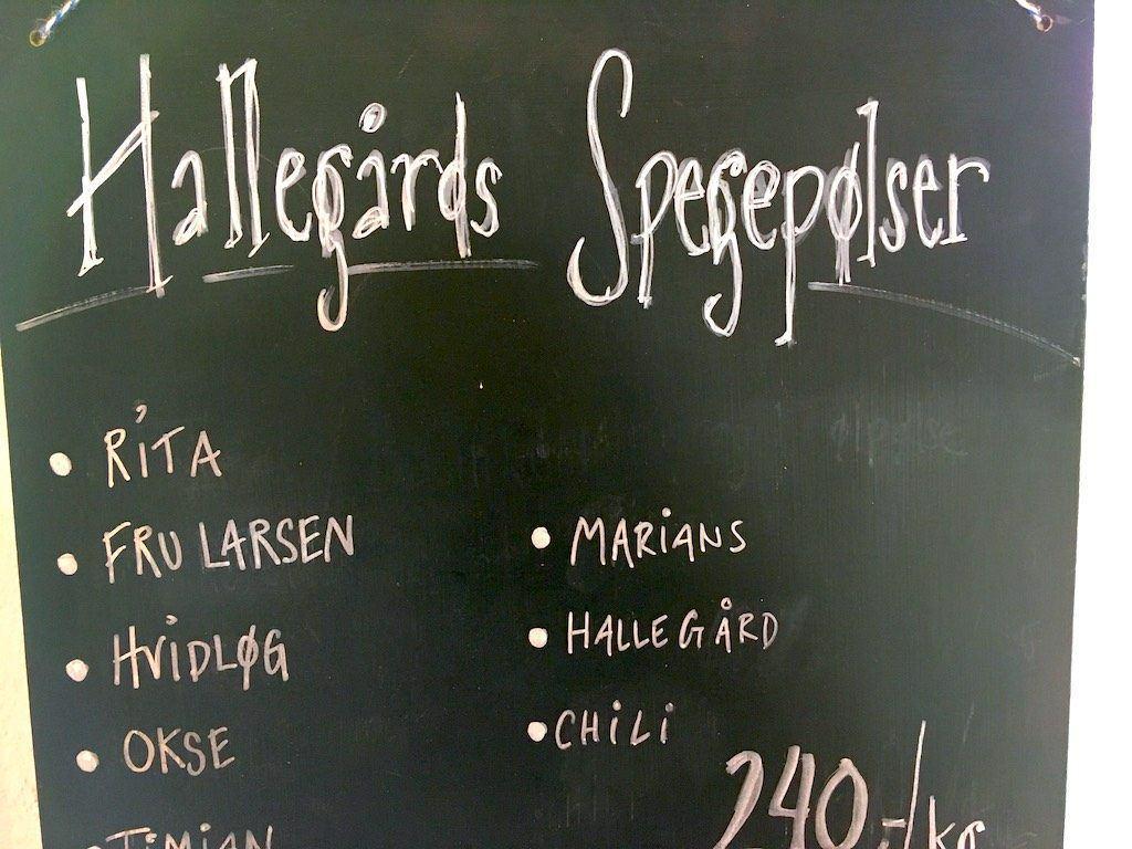 Hallegaards spegepølser er kendt vidt omkring, og heller ikke her er der slinger i valsen. Det er nogle af de bedste spegepølser jeg har smagt. Foto: Madensverden.dk.
