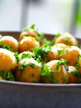 Kartofler med smeltet smør og persille