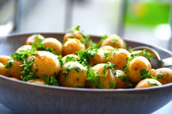 Sådan ser de færdige kartofler med smeltet smør og persille ud. Og det ligner vaskeægte dansk sommermad, når den er allerbedst. Kartoflerne er perfekte som tilbehør til alt fra frikadeller til stegt rødspætte og stegt flæsk. Foto: Madensverden.dk.