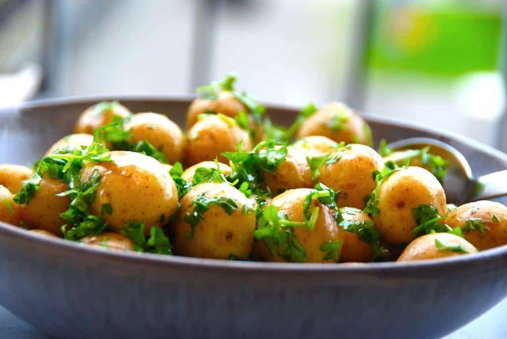 Kartofler Med Smeltet Smør Og Persille Madens Verden