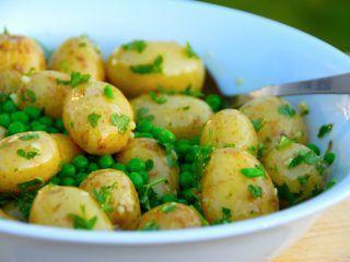 Kold kartoffelsalat er perfekt tilbehør til retter med kød og helt fremragende er kartoffelsalaten til grillet kød. Den kolde kartoffelsalat er lavet med ærter og en god dressing, og den kan med fordel laves lidt i forvejen. Foto: Madensverden.dk.