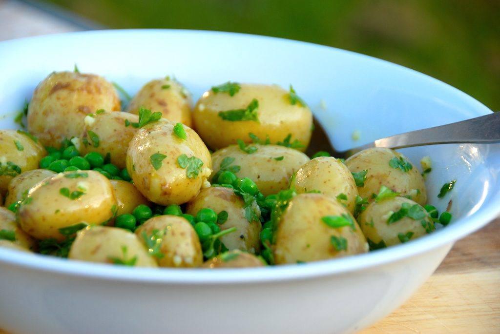 Den kolde kartoffelsalat smager bedst med nye kartofler, men kan laves året rundt med de almindelige små og nemme kartofler. Foto: Madensverden.dk.
