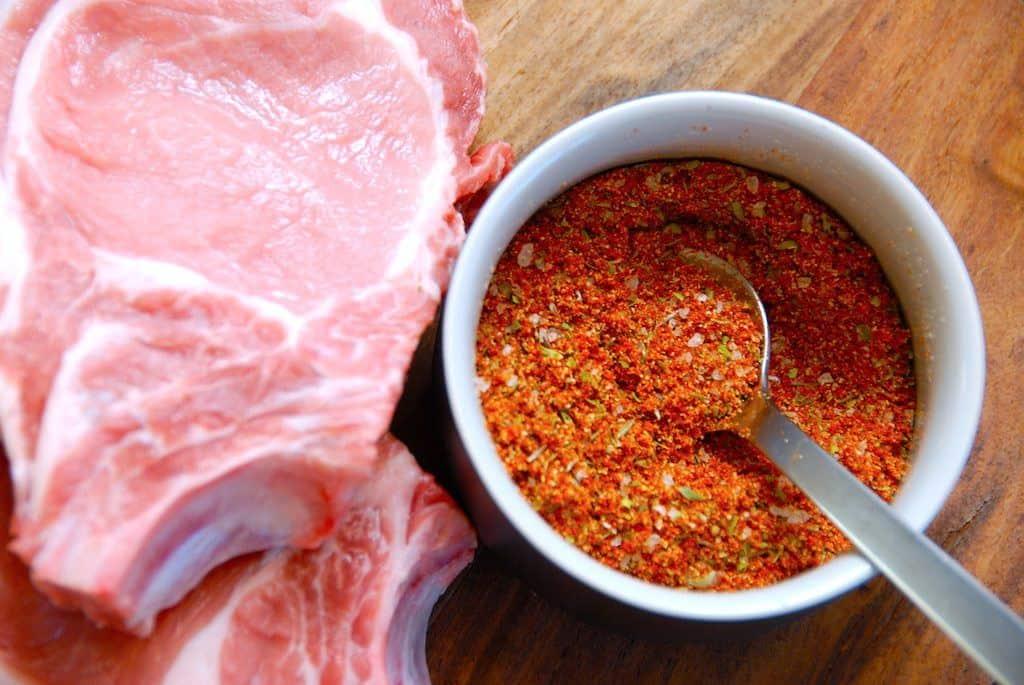 Min nemme og lækre krydderiblanding til grillet kød. Krydderiblandingen indeholder blandt andet paprika og løgpulver, og den er fremragende til eksempelvis koteletter. Foto: Madensverden.dk.