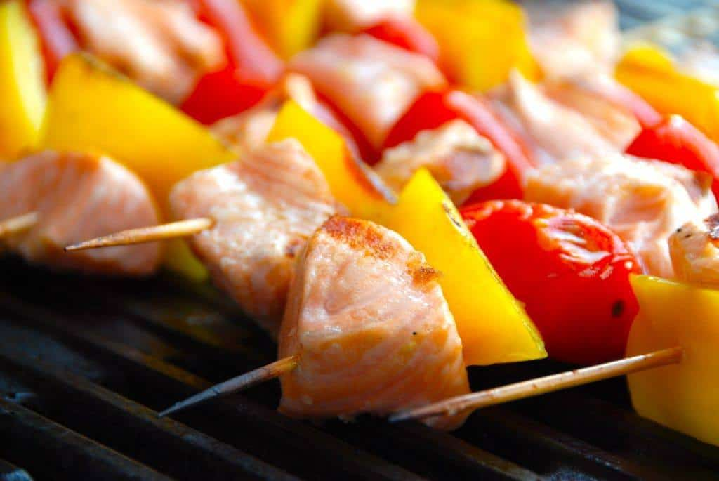 Grillede laksespyd med grøntsager