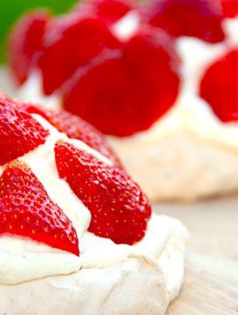 Mini pavlova med jordbær og flødeskum