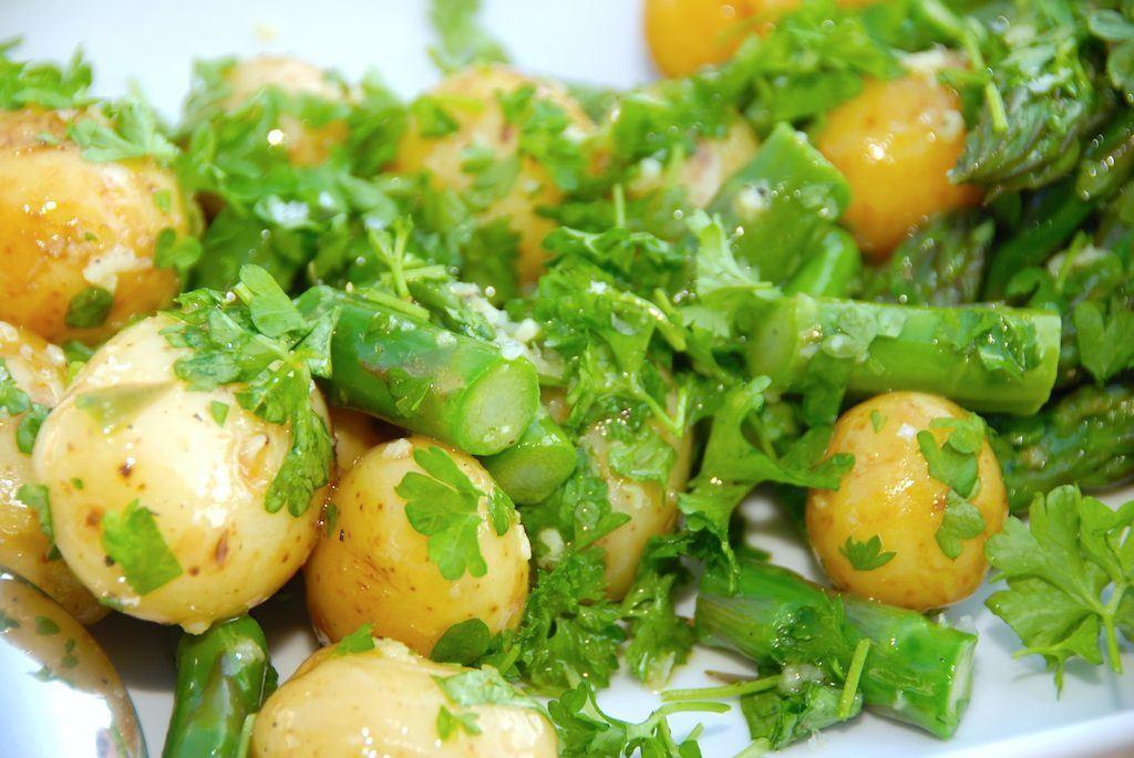 I den nemme kartoffelsalat skal du ikke spare på hverken grønne asparges eller persille. De giver kartoffelsalat den helt rigtige smag af dansk sommer. Foto: Madensverden.dk.