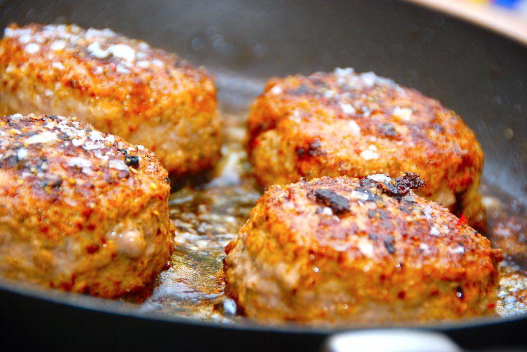 De nemme krebinetter skal steges cirka 4-5 minutter på hver side, og krydres først med salt og peber når de er færdigstegte. Foto: Madensverden.dk.