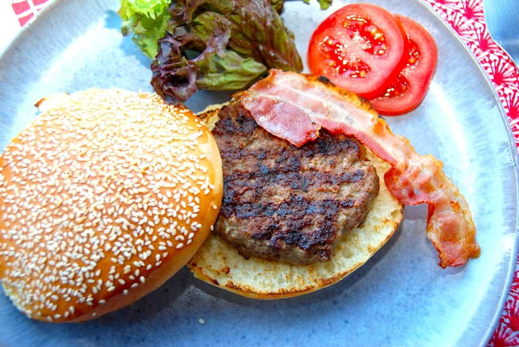 Opskrift på saftig burger som du får på en cafe