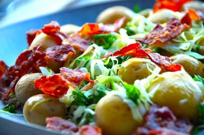 Salat med kartofler, spidskål og bacon