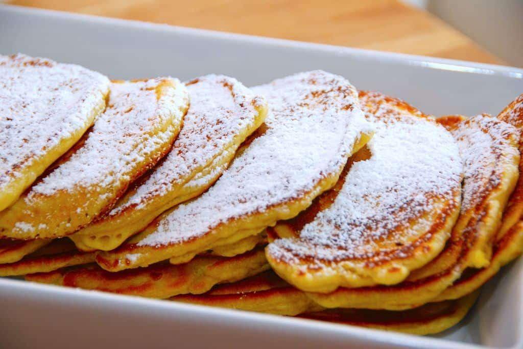 De små og tykke pandekager drysses med lidt flormelis inden servering, og bedre pandekager får du bare ikke. Foto: Madensverden.dk.