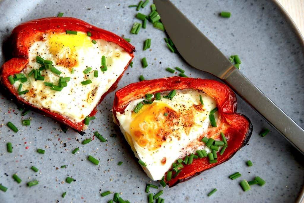 Spejlæg i ovn - ovnbagte spejlæg i peberfrugt