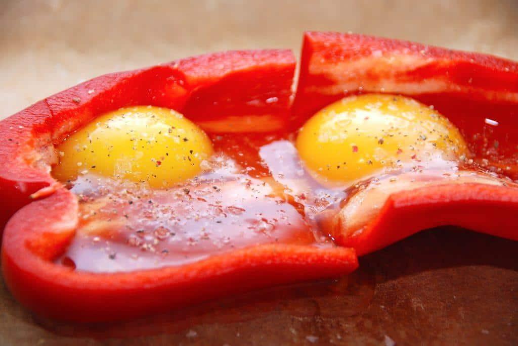 Spejlæg i ovn med peberfrugt