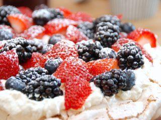 Verdens bedste opskrift på pavlova, der laves med marengs, flødeskum og masser af bær. Her er der anvendt jordbær, blåbær og brombær. Foto: Madensverden.dk.