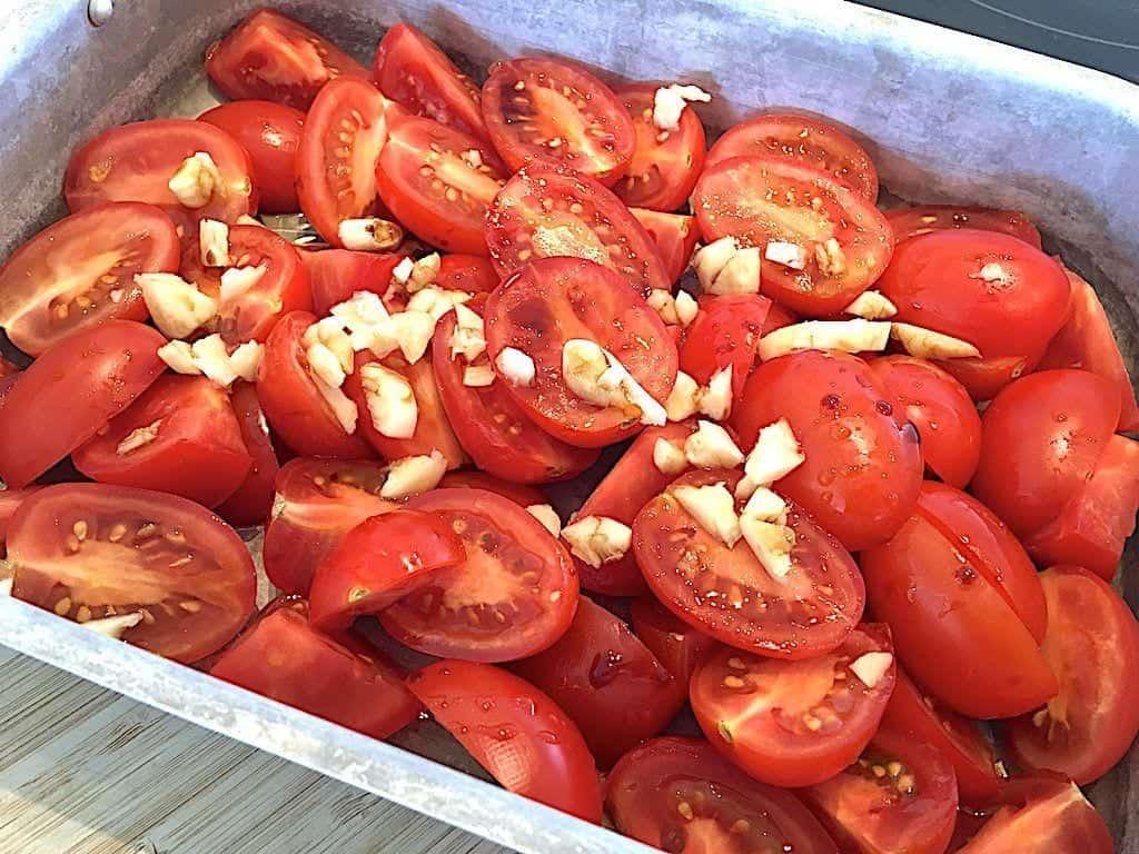 billede med tomater og hvidløg til en cremet tomatsuppe