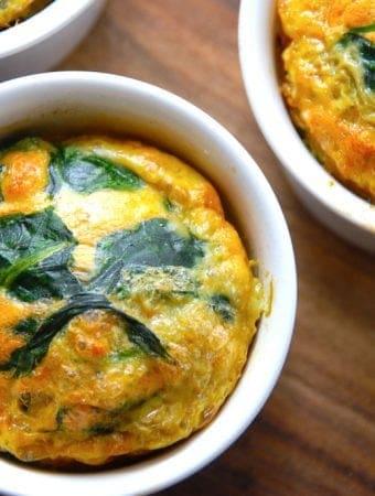 Ovnbagte æg med spinat i små forme