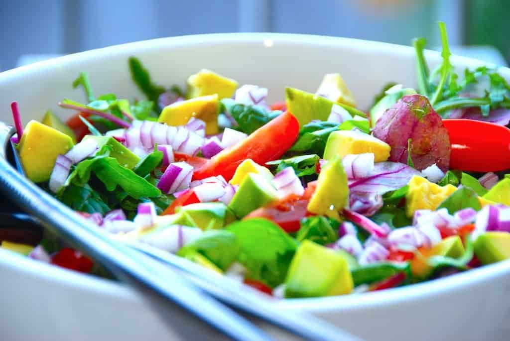 Nem og lækker avocadosalat med dijondressing