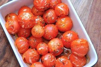 Nemme bagte tomater med balsamico, olie og oregano
