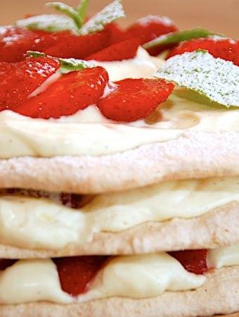 Nem opskrift på fragilité med flødecreme og jordbær