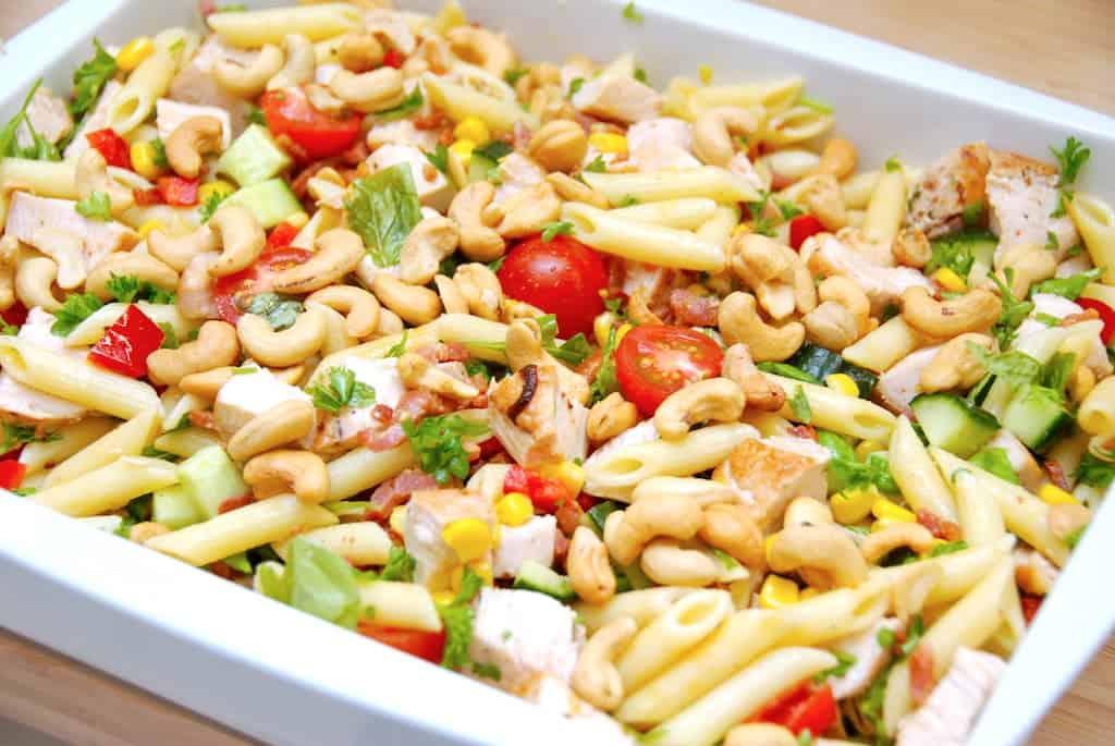 Kold pastasalat med kylling og dressing
