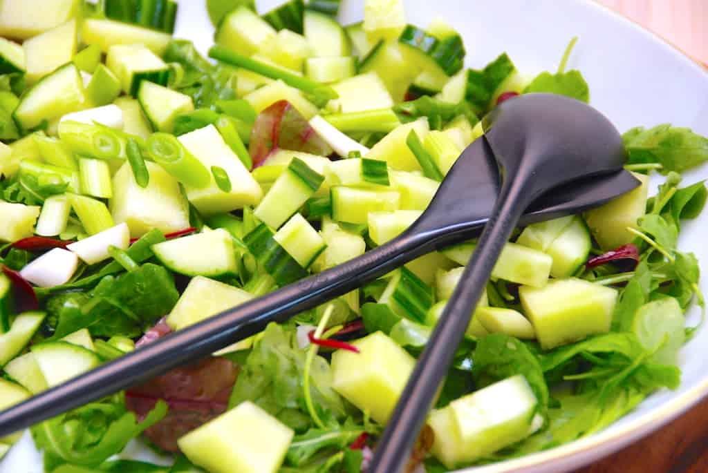 Melonsalat med Galia, agurk og forårsløg