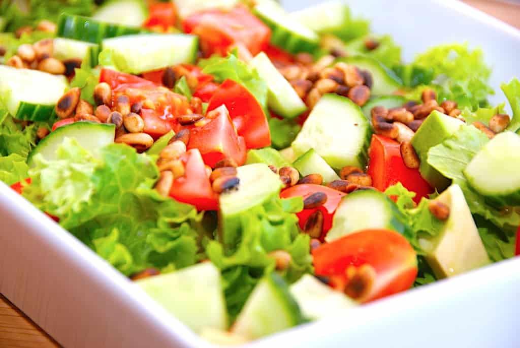 Nem avocadosalat med tomat og pinjekerner