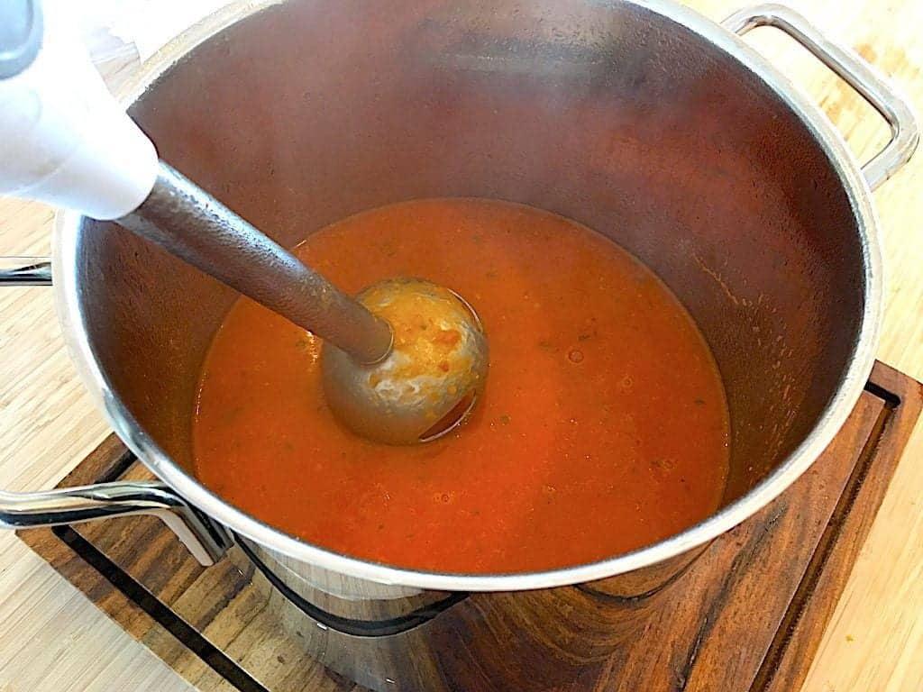 cremet tomatsuppe blendes med en stavblender